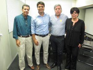 A partir da esquerda, o presidente da Ascoferj, Luis Carlos Marins; o secretário executivo do governo, Pedro Paulo; e os empresários do ramo José Urias Gonçalves e Vera Gonçalves