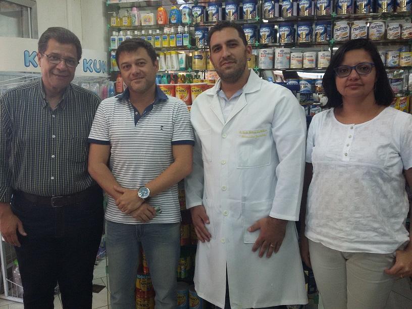 Foto 4: Marins com o proprietário da Drogaria Quatro Esquinas, Jardel Couto da Silva; o farmacêutico Octávio da Silva Malhano; e a farmacêutica da Ascoferj, Betânia Alhan.
