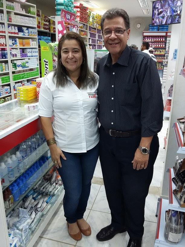Marins e a empresária Viviane Machado, da Lagos Farma, em São Pedro da Aldeia